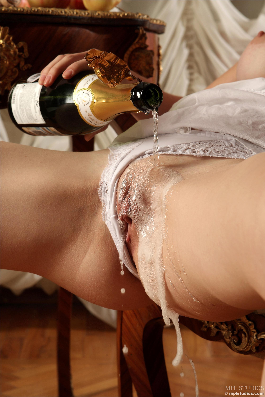 Шампанское в киску 4 фотография