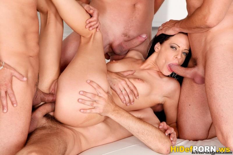 Бесплатное порно. Четыре мужика трахают одну девушку (Aliz). Все посты за