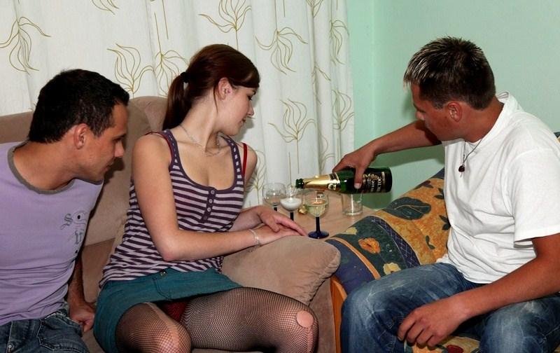 Скачать порно бесплатно Групповуха с немножко пьяными скромняшками.