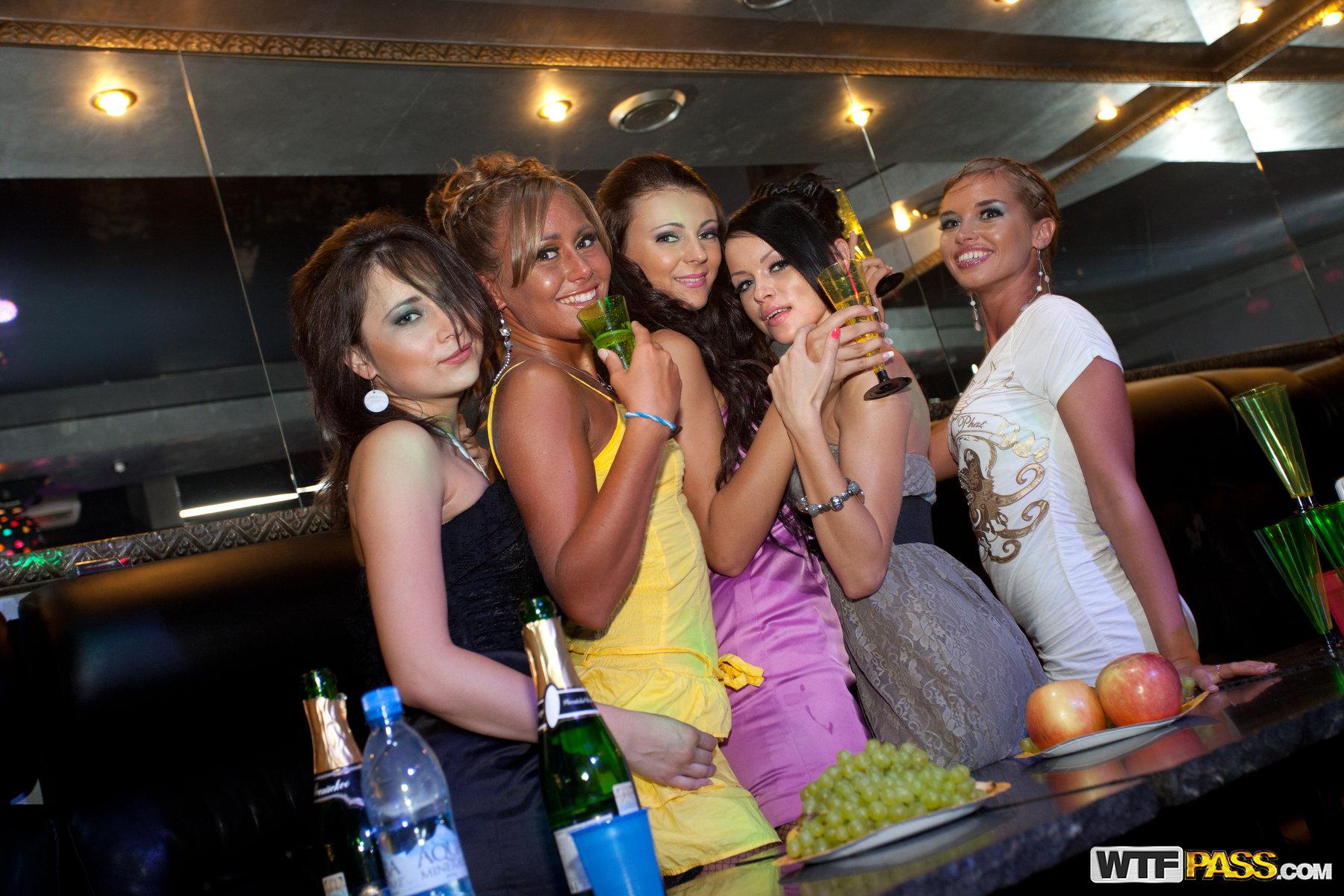 Пристали к девушке в клубе 11 фотография