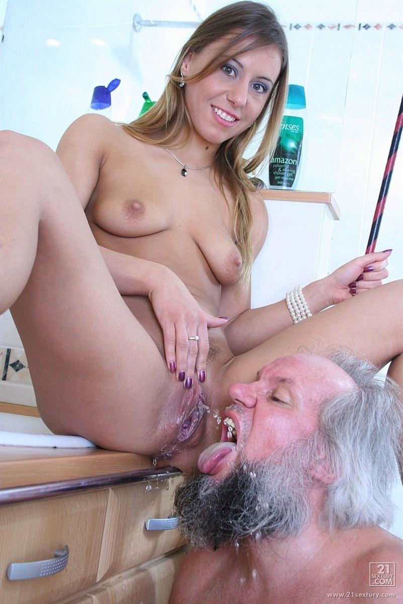 Смотреть госпожа писает рабу в рот 28 фотография