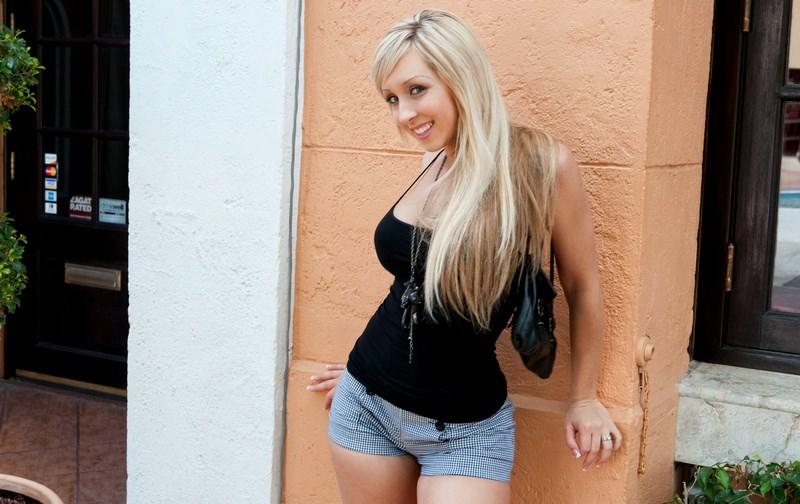 Скачать Блонда напросилась на секс бесплатно.