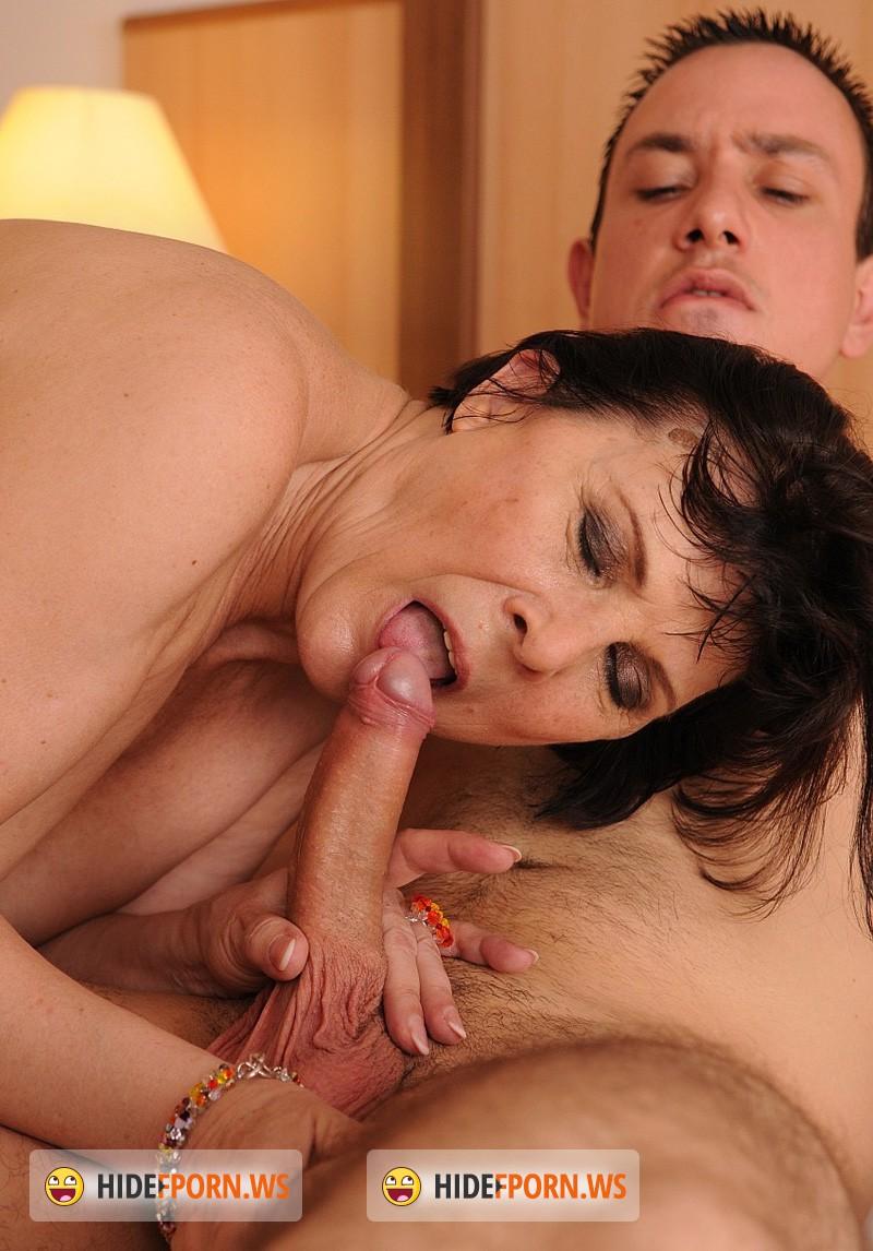 Сын увидел свою маму как она мастурбирует свою киску 12 фотография