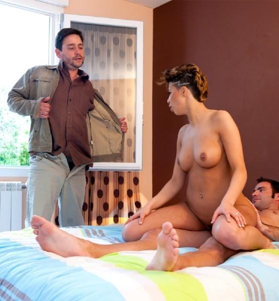 муж смотрит как жену фото