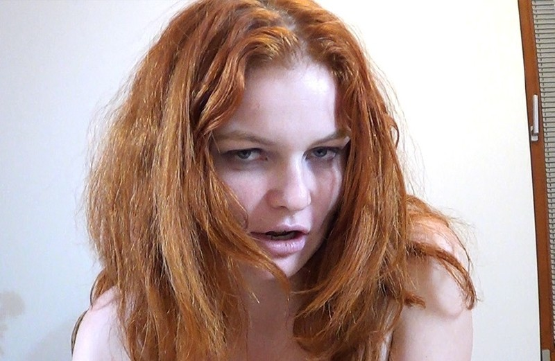 Clothed redhead Barbara Babeurre is pissing and gets wet in close up № 984534  скачать