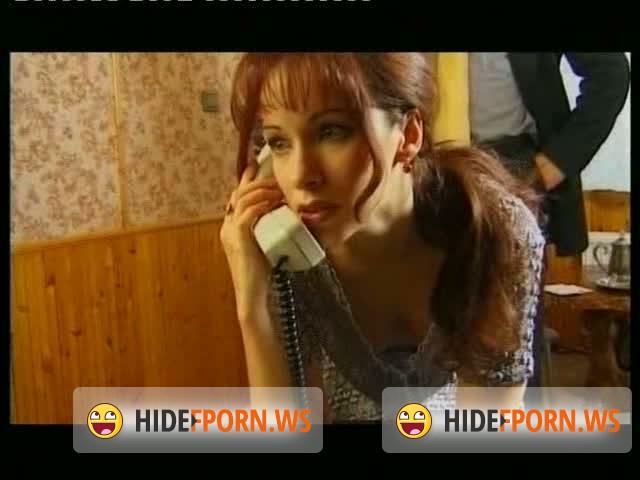 russkaya-soset-i-razgovarivaet-po-telefonu