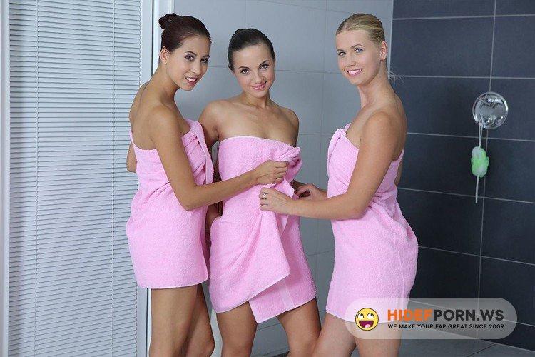 RealJamVR.com - Kristy Black, Paula Shy, Violette Pure - Shower Girls [UltraHD 2K 1920p]