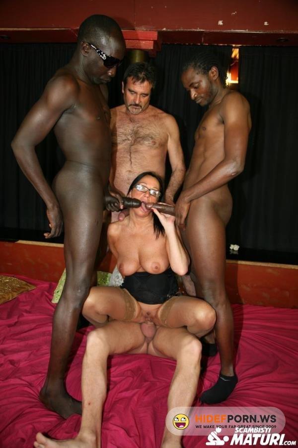 ScambistiMaturi.com/PornDoePremium.com - Laura Rey - Mature Italian newbie gets double penetrated in interracial swinger orgy [FullHD 1080p]