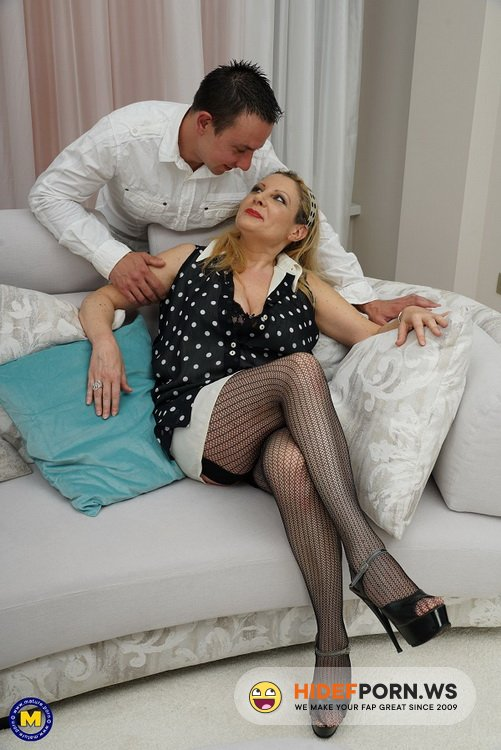 Mature.nl/Mature.eu - Valentina - Italian curvy housewife Valentina doing her toyboy [FullHD 1080p]